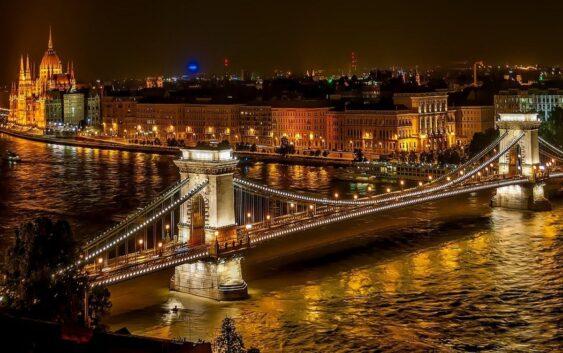 jeden z łańcuchowych mostów w Budapeszcie podczas weekendowej wycieczki do Budapesztu i okolic