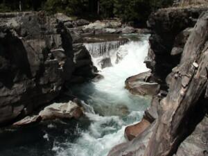 imponujący potok górski uwieczniony podczas wycieczki poKanadzie