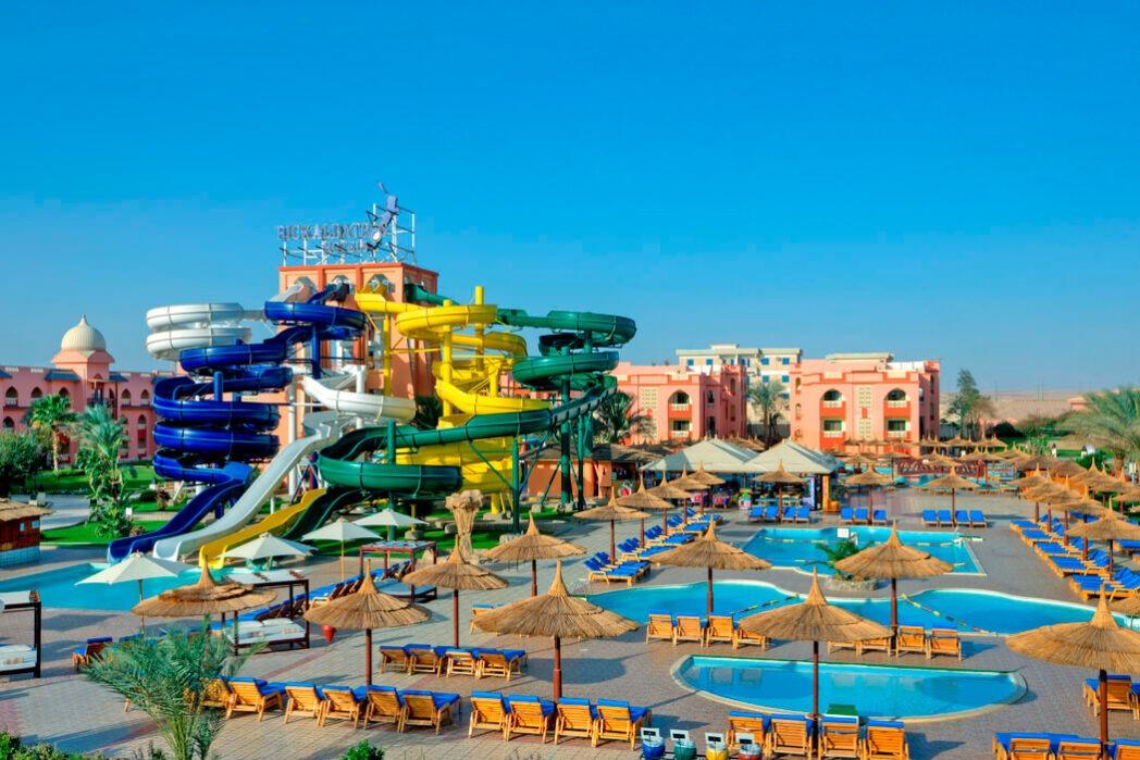 polecany hotel dla rodzin zdziećmi nawczasy wHurghadzie m.in.zaquaparkiem, serwisem plażowym