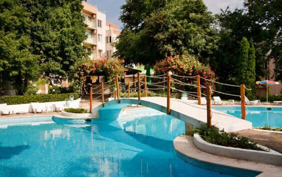polecany hotel w Złotych Piaskach z basenem i ładnym położeniem koło lasu