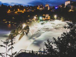 te imponujące wodospady na Renie zostały uwiecznione podczas wycieczki objazdowej po Europie, po jej części alpejskiej